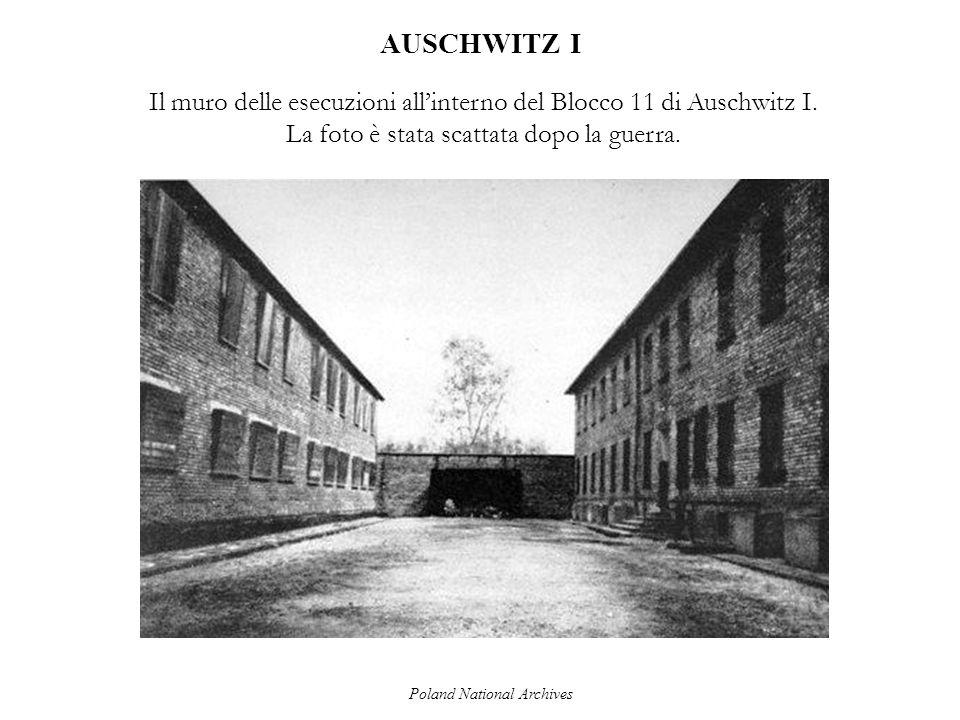AUSCHWITZ I Il muro delle esecuzioni allinterno del Blocco 11 di Auschwitz I. La foto è stata scattata dopo la guerra. Poland National Archives