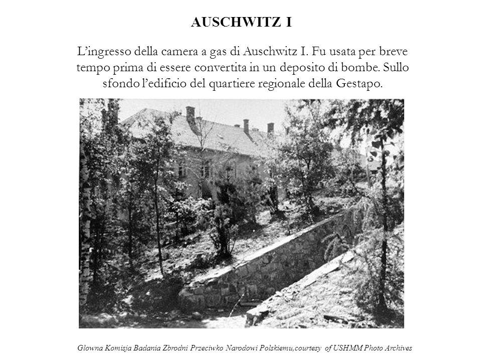 AUSCHWITZ I Lingresso della camera a gas di Auschwitz I. Fu usata per breve tempo prima di essere convertita in un deposito di bombe. Sullo sfondo led