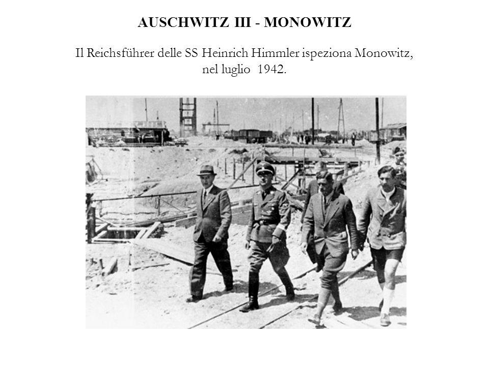 AUSCHWITZ III - MONOWITZ Il Reichsführer delle SS Heinrich Himmler ispeziona Monowitz, nel luglio 1942.