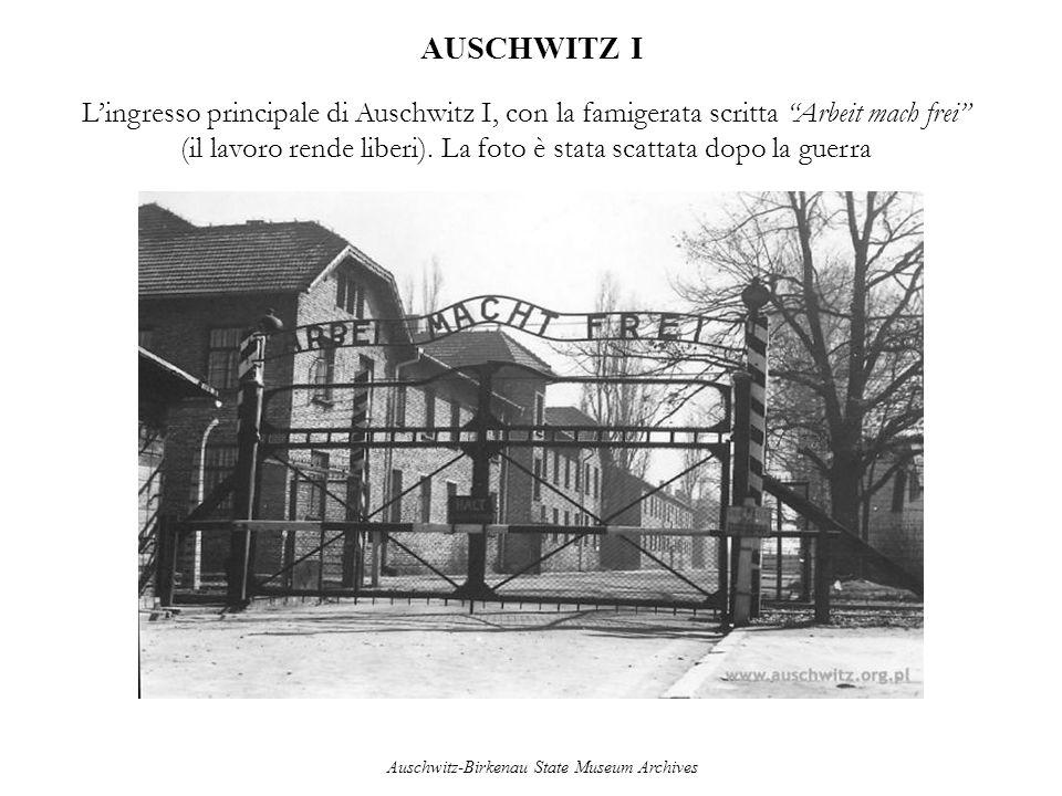 AUSCHWITZ I Lingresso principale di Auschwitz I, con la famigerata scritta Arbeit mach frei (il lavoro rende liberi). La foto è stata scattata dopo la