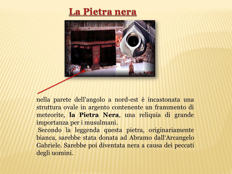 nella parete dell'angolo a nord-est è incastonata una struttura ovale in argento contenente un frammento di meteorite, la Pietra Nera, una reliquia di
