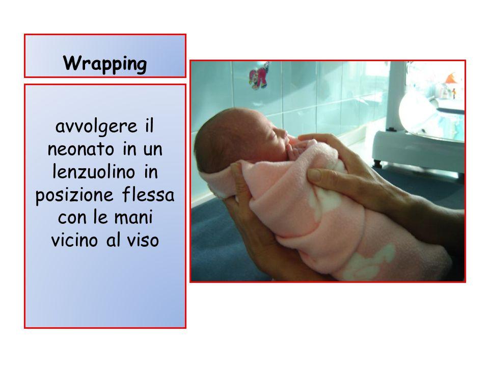 Wrapping avvolgere il neonato in un lenzuolino in posizione flessa con le mani vicino al viso