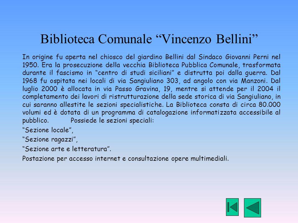 """Biblioteca Comunale """"Vincenzo Bellini"""" In origine fu aperta nel chiosco del giardino Bellini dal Sindaco Giovanni Perni nel 1950. Era la prosecuzione"""