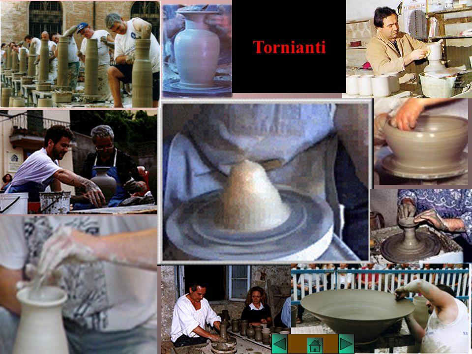 Lucio TROISE Foggiatura al tornio La foggiatura al tornio è la più importante e la più caratteristica della lavorazione della ceramica. Essa si effett