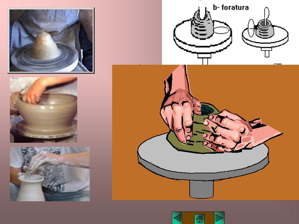 Lucio TROISE Bucatura Quando l'argilla è a centro della girella, si buca la parte interna, lasciando, sul fondo, lo spessore per la base dell'oggetto.