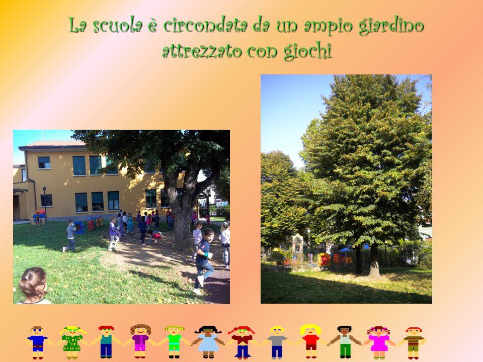 La scuola è circondata da un ampio giardino attrezzato con giochi