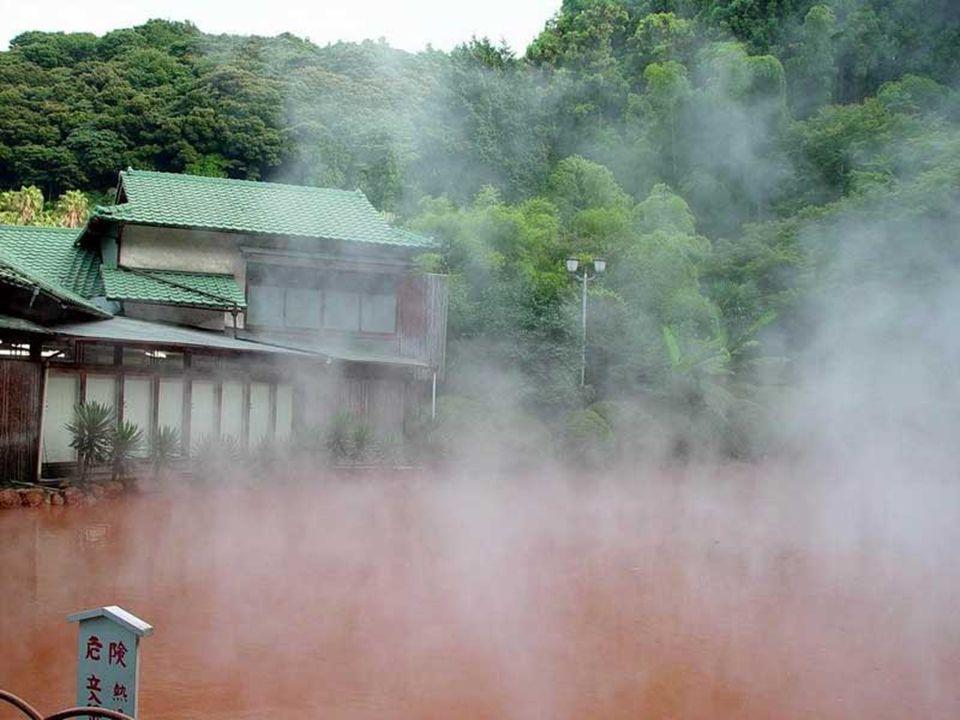 Bepu Jigoku (Giappone), acque termali formate da nove spettacolari sorgenti calde naturali, una risorsa paesaggistica e terapeutica.