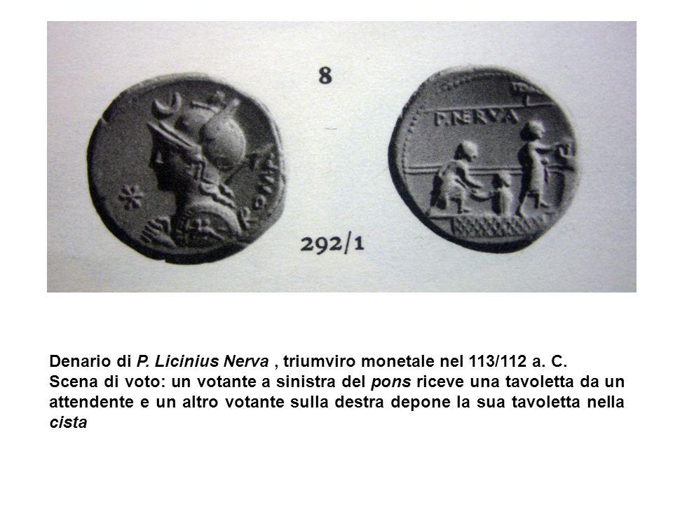 Denario di P. Licinius Nerva, triumviro monetale nel 113/112 a. C. Scena di voto: un votante a sinistra del pons riceve una tavoletta da un attendente
