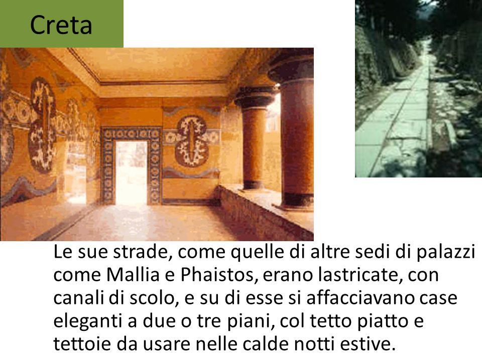 Le sue strade, come quelle di altre sedi di palazzi come Mallia e Phaistos, erano lastricate, con canali di scolo, e su di esse si affacciavano case e