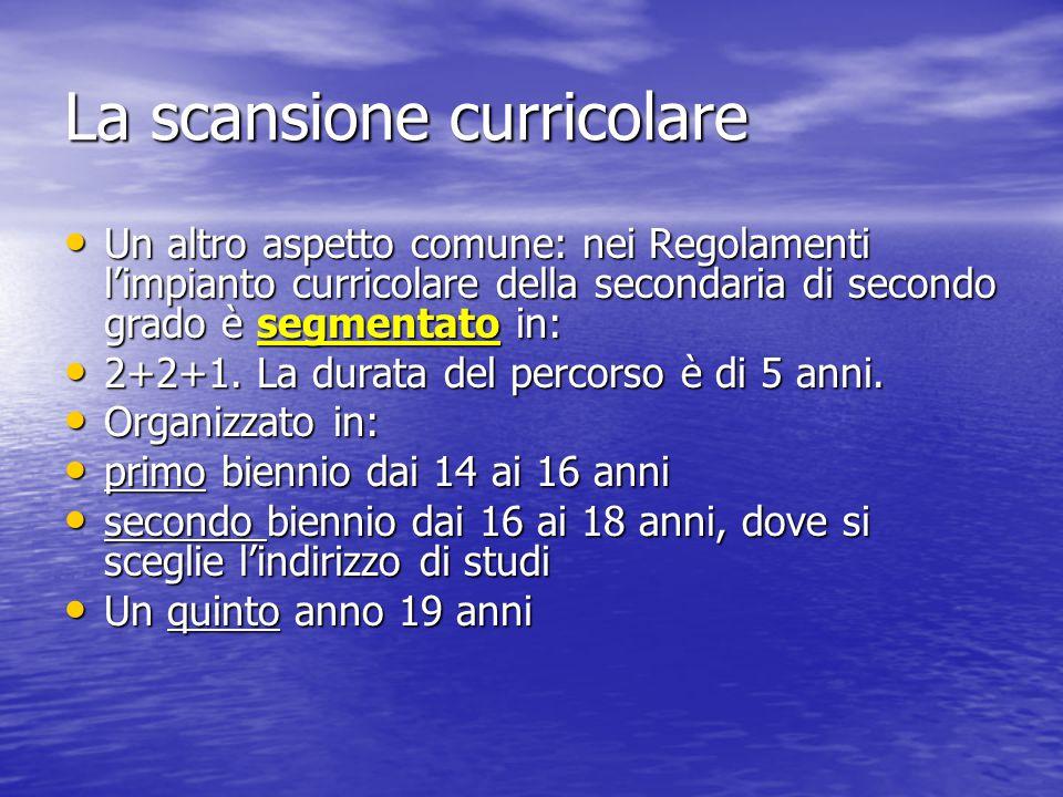La scansione curricolare Un altro aspetto comune: nei Regolamenti l'impianto curricolare della secondaria di secondo grado è segmentato in: Un altro a