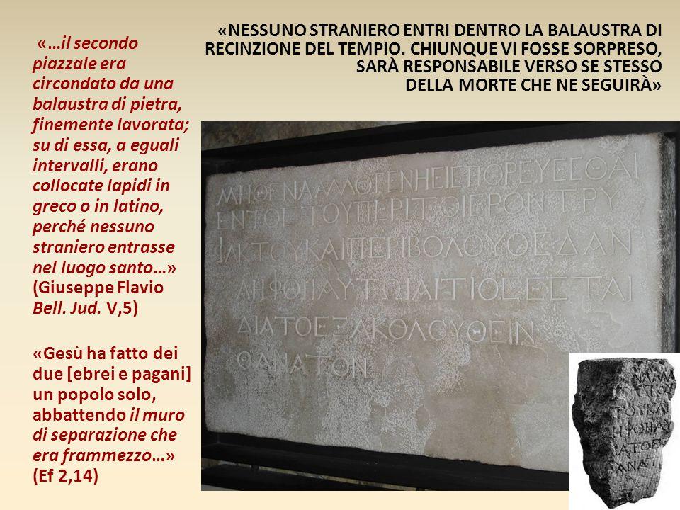 «…il secondo piazzale era circondato da una balaustra di pietra, finemente lavorata; su di essa, a eguali intervalli, erano collocate lapidi in greco