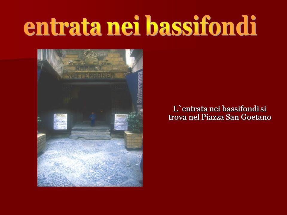 L`entrata nei bassifondi si trova nel Piazza San Goetano L`entrata nei bassifondi si trova nel Piazza San Goetano