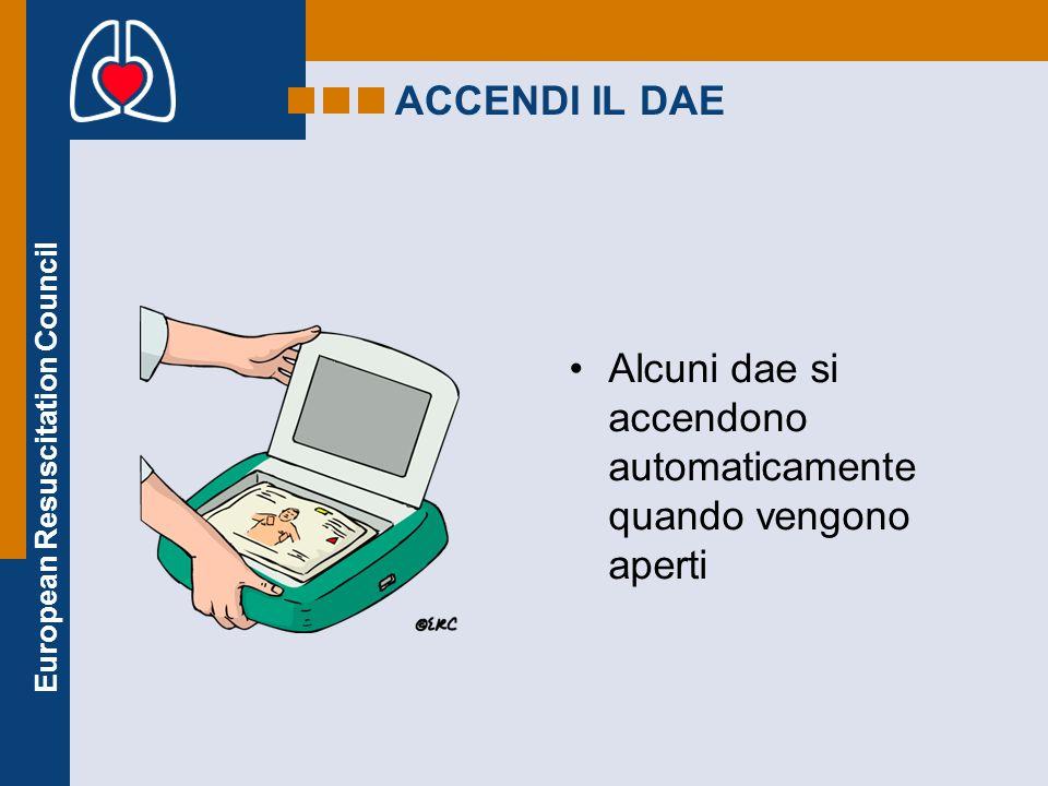 European Resuscitation Council ACCENDI IL DAE Alcuni dae si accendono automaticamente quando vengono aperti