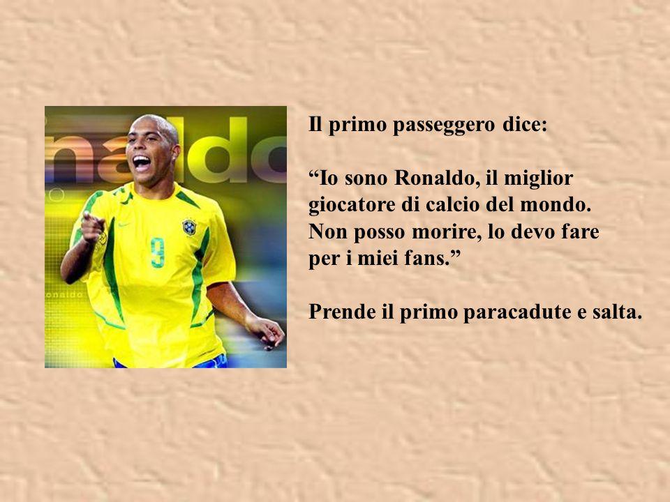 Il primo passeggero dice: Io sono Ronaldo, il miglior giocatore di calcio del mondo.