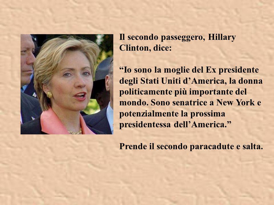 Il secondo passeggero, Hillary Clinton, dice: Io sono la moglie del Ex presidente degli Stati Uniti d'America, la donna politicamente più importante del mondo.