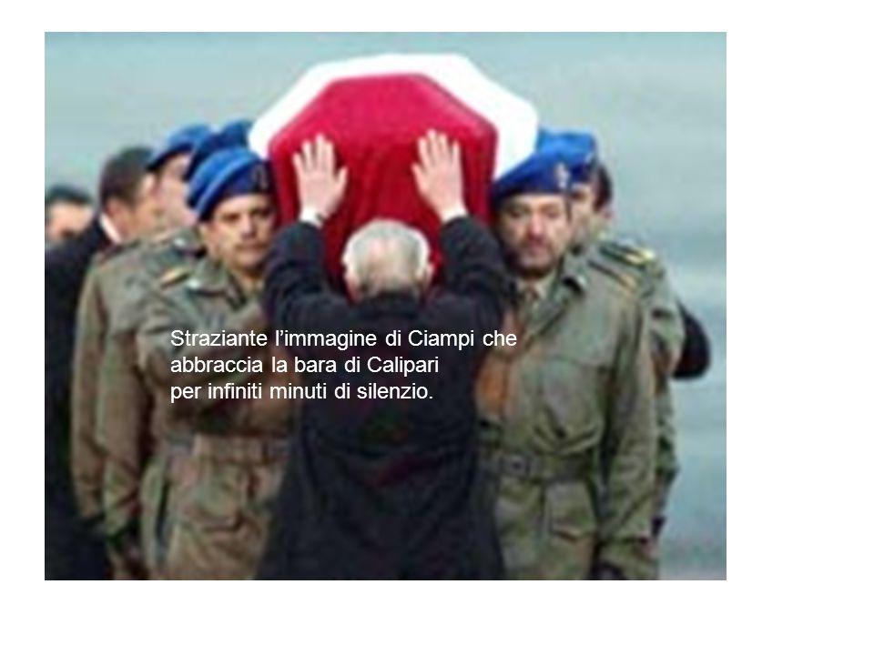 Straziante l'immagine di Ciampi che abbraccia la bara di Calipari per infiniti minuti di silenzio.
