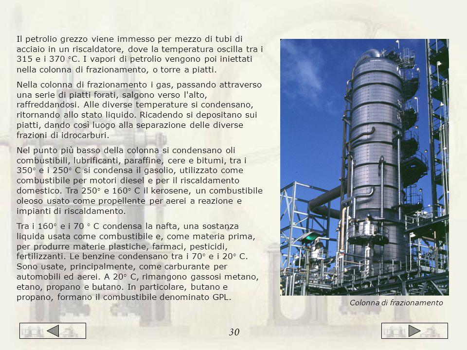 Il petrolio grezzo viene immesso per mezzo di tubi di acciaio in un riscaldatore, dove la temperatura oscilla tra i 315 e i 370 °C.