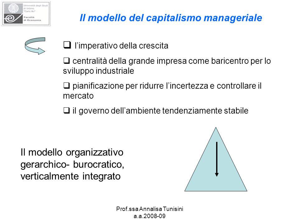  l'imperativo della crescita  centralità della grande impresa come baricentro per lo sviluppo industriale  pianificazione per ridurre l'incertezza e controllare il mercato  il governo dell'ambiente tendenziamente stabile Il modello organizzativo gerarchico- burocratico, verticalmente integrato Il modello del capitalismo manageriale