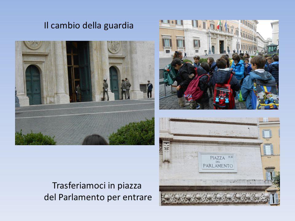 Il cambio della guardia Trasferiamoci in piazza del Parlamento per entrare