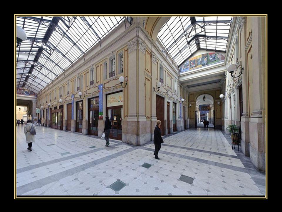 """La """"Galleria Umberto I"""" è un edificio storico di Torino ubicato nell'area di Porta Palazzo. Ospita numerosi locali ed è la più grande galleria commerc"""