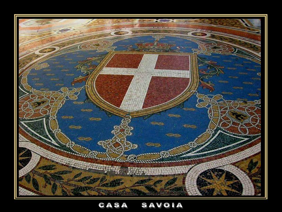 L' Ottagono centrale è considerato il salotto della città. Sul suo pavimento, al centro, è realizzato a mosaico lo stemma di Casa Savoia. Ai suoi lati