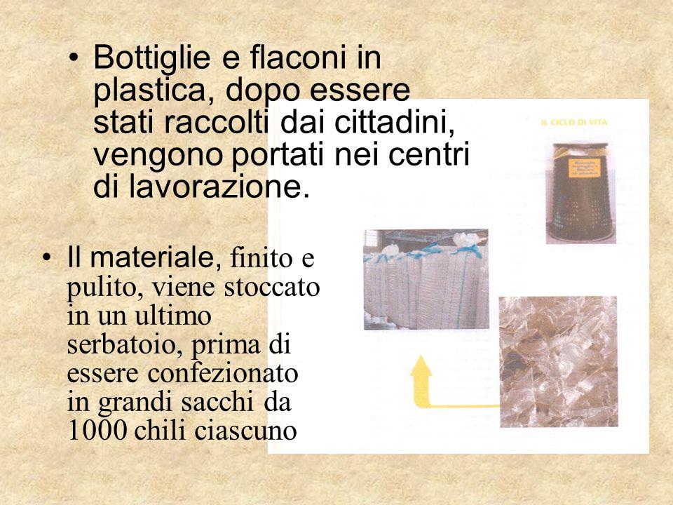 Bottiglie e flaconi in plastica, dopo essere stati raccolti dai cittadini, vengono portati nei centri di lavorazione. Il materiale, finito e pulito, v