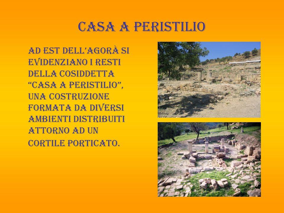 Muro a contrafforti Verso Nord rivestono particolare importanza i resti di un muro curvilineo a contrafforti, e sulla sommità dell'acropoli il basamento di un tempio, probabilmente dedicato ad Apollo.