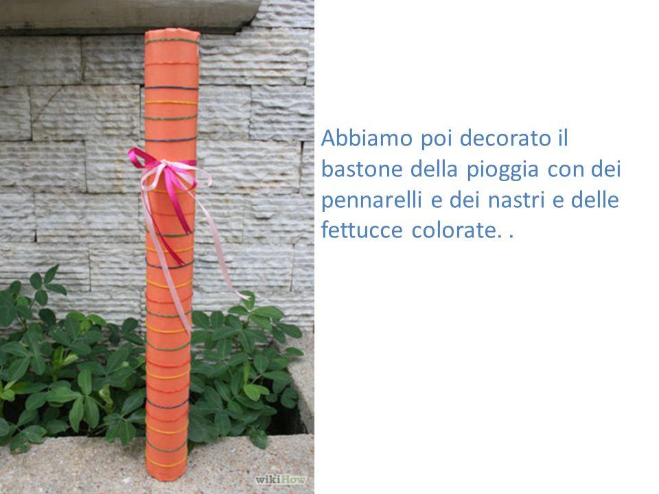 Abbiamo poi decorato il bastone della pioggia con dei pennarelli e dei nastri e delle fettucce colorate..