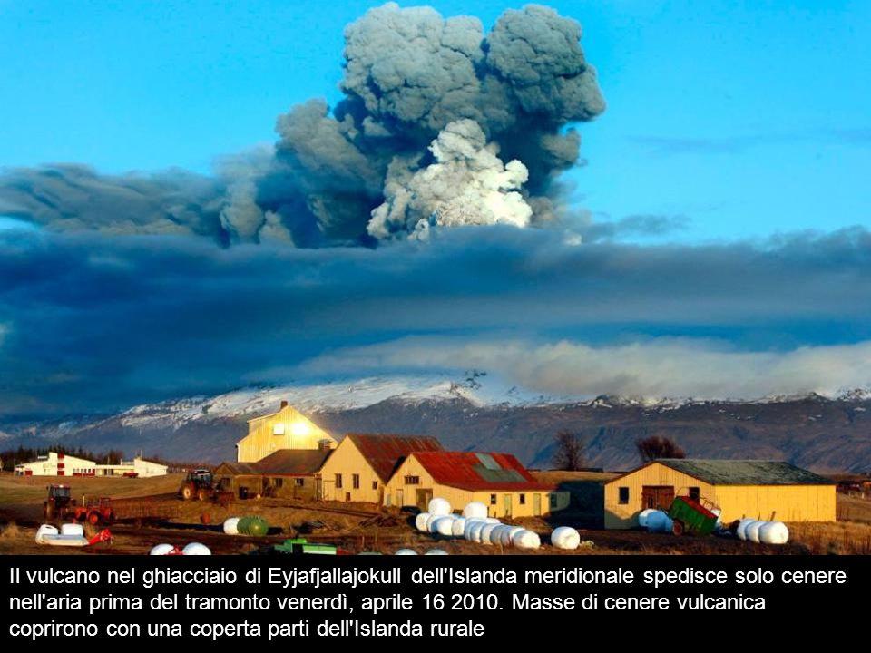 Il vulcano nel ghiacciaio di Eyjafjallajokull dell Islanda meridionale spedisce solo cenere nell aria prima del tramonto venerdì, aprile 16 2010.