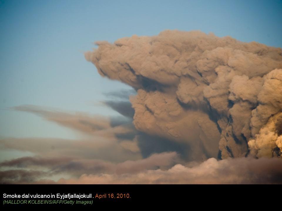 Smoke dal vulcano in Eyjafjallajokull. April 16, 2010. (HALLDOR KOLBEINS/AFP/Getty Images)
