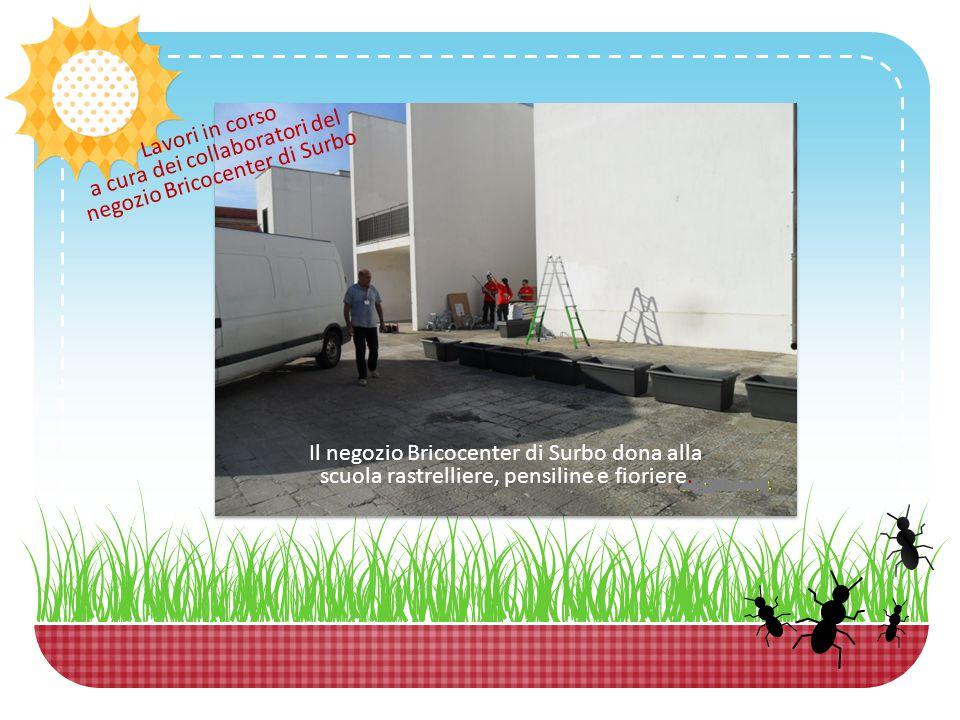 Lavori in corso a cura dei collaboratori del negozio Bricocenter di Surbo Il negozio Bricocenter di Surbo dona alla scuola rastrelliere, pensiline e fioriere.