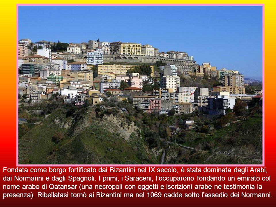 Catanzaro, capoluogo dell'omonima provincia e della regione, con circa 90.000 abitanti è un antico centro greco posto su uno sperone roccioso dal qual