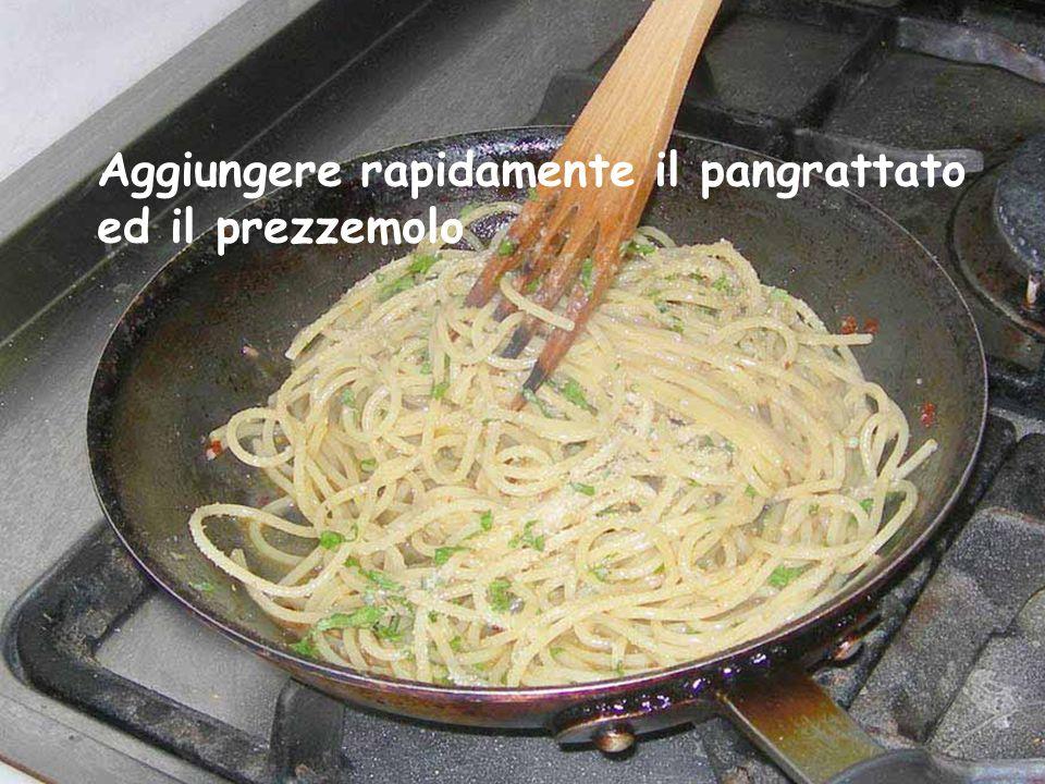 Portando a termine la cottura degli spaghetti