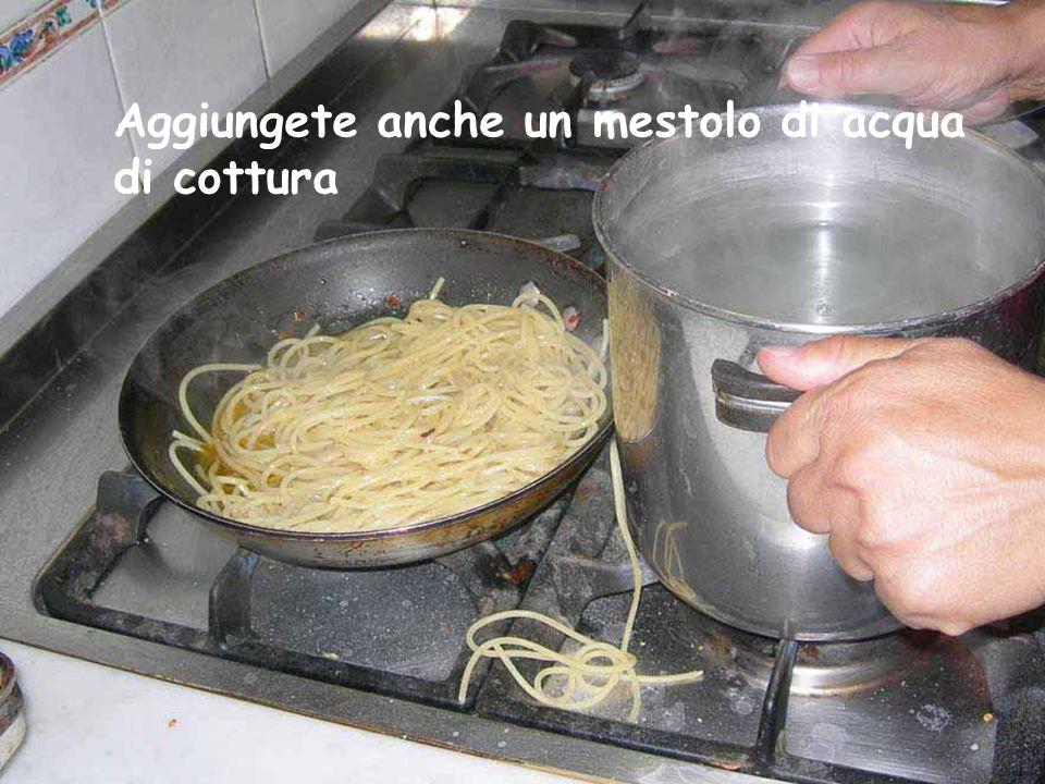 Con il forchettone trasferiamo gli spaghetti -120 gr.- nella padella, mi raccomando che siano molto ma molto al dente