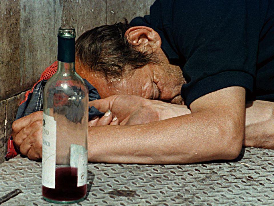 ASTEMI ALCOLISTI BEVITORI MODERATI Nessuno può dire con certezza dove sia il CONFINE fra una situazione e l'altra BEVITORI PROBLEMATICI USO dell' ALCOL Il PASSAGGIO dalla PERIFERIA al CENTRO può AVVENIRE INAVVERTITAMENTE
