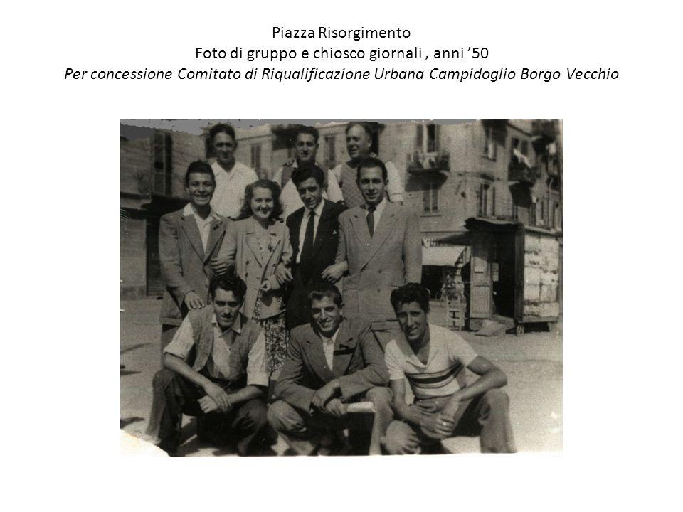 Piazza Risorgimento Foto di gruppo e chiosco giornali, anni '50 Per concessione Comitato di Riqualificazione Urbana Campidoglio Borgo Vecchio