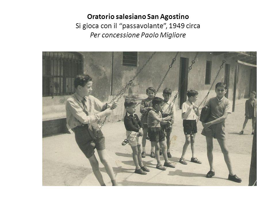 """Oratorio salesiano San Agostino Si gioca con il """"passavolante"""", 1949 circa Per concessione Paolo Migliore"""