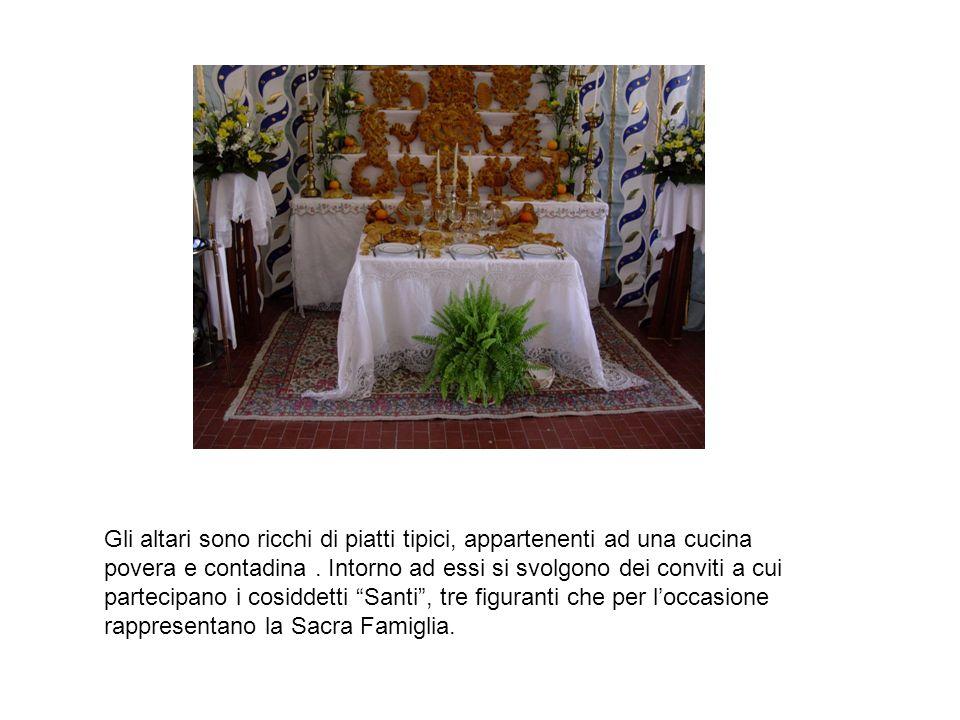 Gli altari sono ricchi di piatti tipici, appartenenti ad una cucina povera e contadina.