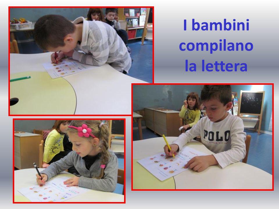 I bambini compilano la lettera