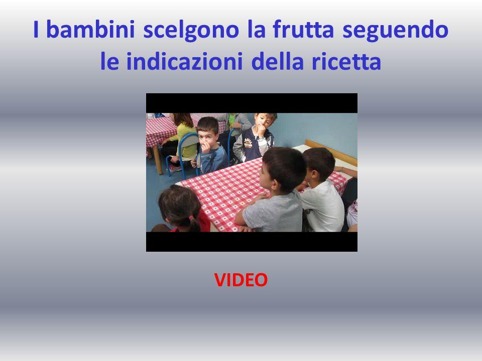I bambini scelgono la frutta seguendo le indicazioni della ricetta VIDEO