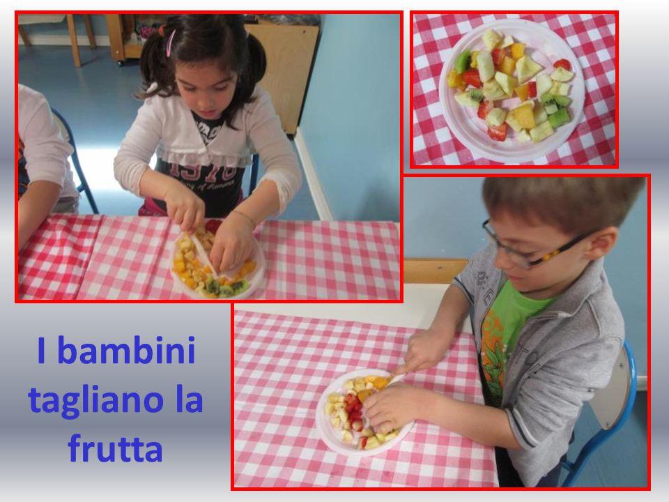 I bambini tagliano la frutta