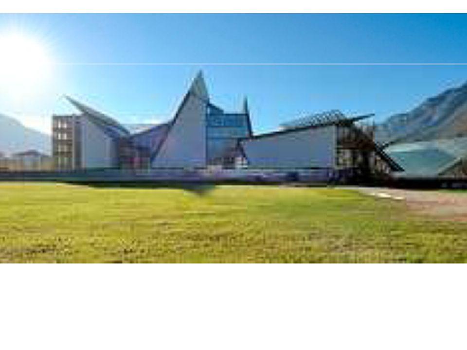 L edificio si sviluppa su una lunghezza massima di 130 metri (est/ovest), una larghezza massima di 35 metri (nord/sud) e sei livelli (due interrati e quattro fuori terra) di altezza.
