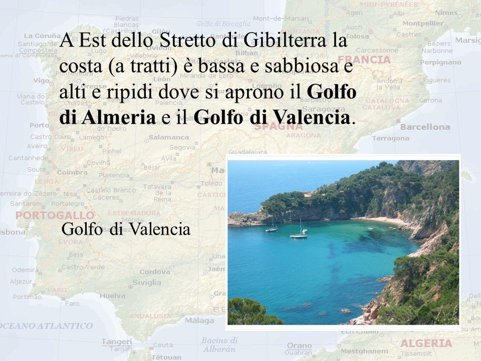 A Est dello Stretto di Gibilterra la costa (a tratti) è bassa e sabbiosa e alti e ripidi dove si aprono il Golfo di Almeria e il Golfo di Valencia. Go