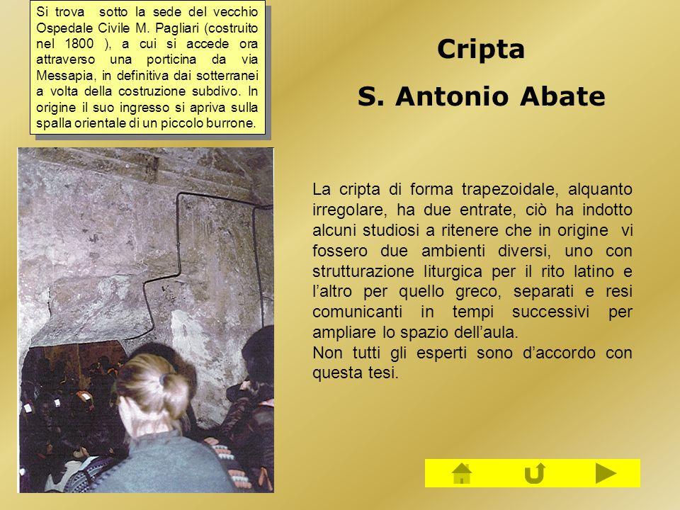 La cripta di forma trapezoidale, alquanto irregolare, ha due entrate, ciò ha indotto alcuni studiosi a ritenere che in origine vi fossero due ambienti