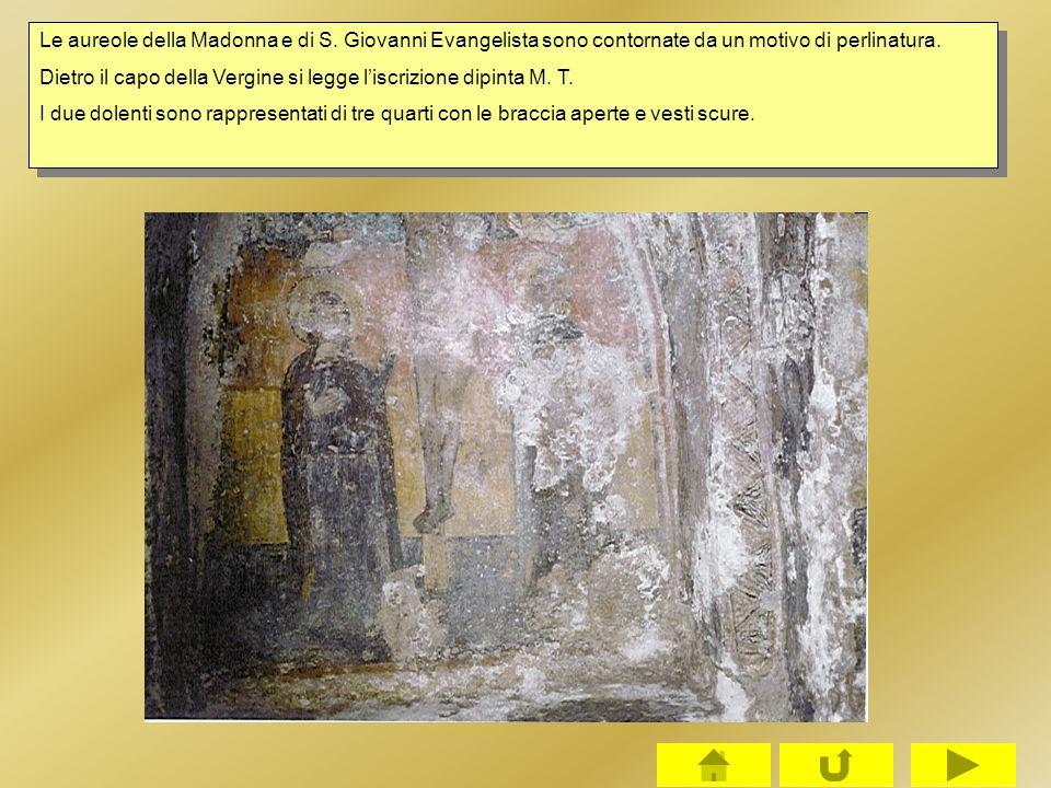 Le aureole della Madonna e di S. Giovanni Evangelista sono contornate da un motivo di perlinatura. Dietro il capo della Vergine si legge l'iscrizione