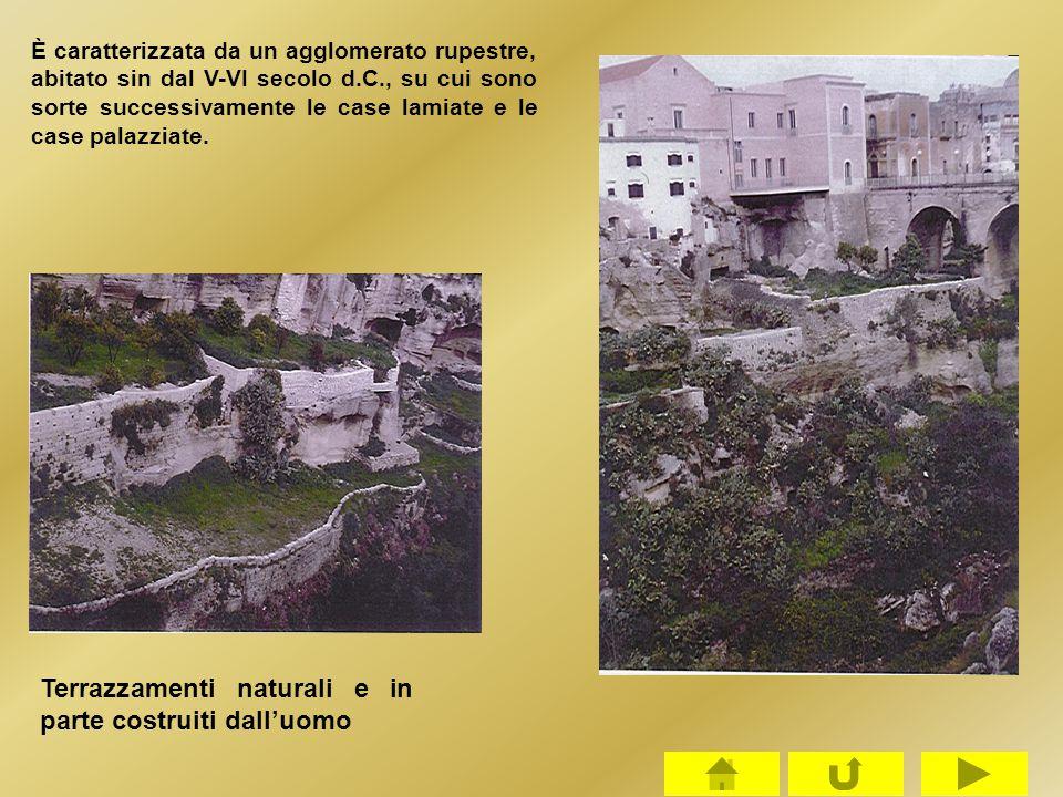 È caratterizzata da un agglomerato rupestre, abitato sin dal V-VI secolo d.C., su cui sono sorte successivamente le case lamiate e le case palazziate.