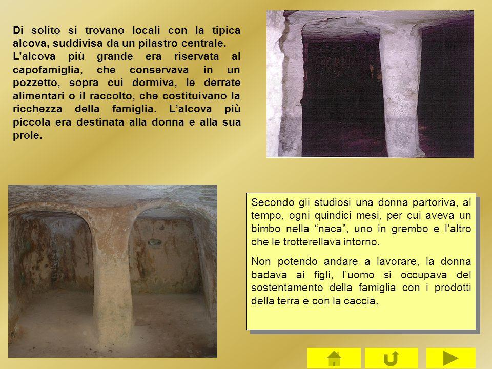 Di solito si trovano locali con la tipica alcova, suddivisa da un pilastro centrale. L'alcova più grande era riservata al capofamiglia, che conservava