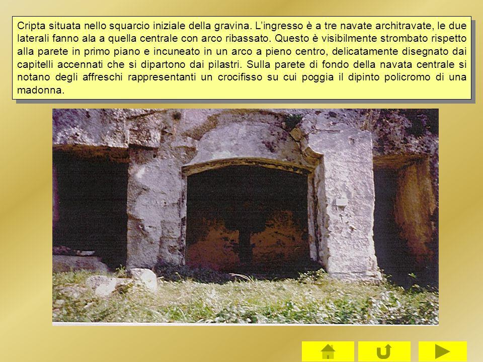 Cripta situata nello squarcio iniziale della gravina. L'ingresso è a tre navate architravate, le due laterali fanno ala a quella centrale con arco rib