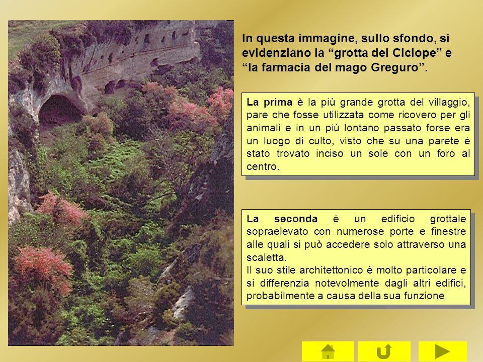 """. In questa immagine, sullo sfondo, si evidenziano la """"grotta del Ciclope"""" e """"la farmacia del mago Greguro"""". La seconda è un edificio grottale soprael"""