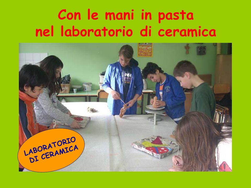 Con le mani in pasta nel laboratorio di ceramica LABORATORIO DI CERAMICA